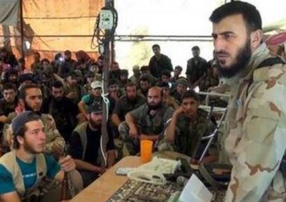 英国紙 「シリア反政府軍のリーダーはピンクのキティーちゃんノートを愛用」 … 兵士たちの前で勇ましく演説する映像に、ハローキティーのノートが映り込んでしまう (動画)