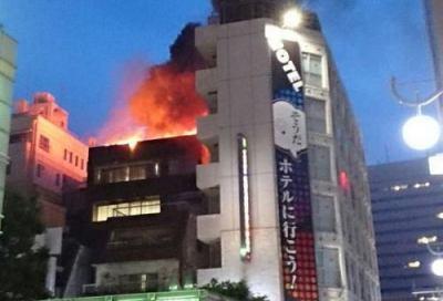 新宿区歌舞伎町にあるビルで火事、中に逃げ遅れている人が2人