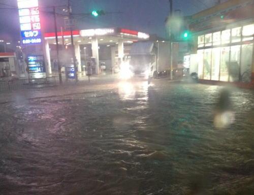 大阪・兵庫で局地的に1時間に100ミリの豪雨 … 池田市付近で午前0時までの1時間におよそ120ミリの猛烈な雨、11日も北日本から西日本にかけて不安定な状態に (画像)