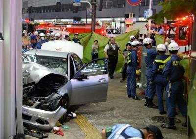 東京・東池袋の歩道に乗用車が突っ込み衣料品店で停止、男女計5人が負傷、1名が意識不明の重体 … 乗用車を運転していた50代の男を現行犯逮捕、言動に不自然な点はナシ