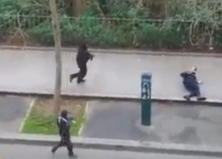 死者12人の仏「シャルリ・エブド」社へのテロ事件、男が自動小銃を乱射する様子がネットで公開 … シャルリ・エブド社は過去にもイスラム教の預言者ムハンマドを揶揄する風刺画で物議