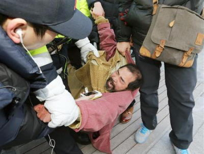 朝鮮日報「リッパート駐韓大使へのテロ事件、米国大使はよく襲われている。日本でも50年前にライシャワー駐日大使が統合失調症患者に襲われ1990年に息を引き取った」 ←何が言いたい?