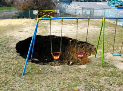 公園のブランコの真下が陥没、直径5m深さ2mの大穴が (画像) … 愛知・春日井市の前平ちびっ子広場