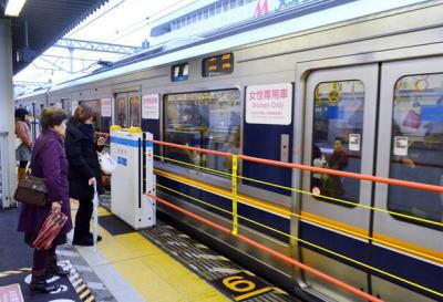 JR西日本、ホームからの転落防止などの安全対策として「昇降式ホーム柵」を実用化(画像) … 試験運用した六甲道駅で継続運用、高槻駅で2016年春に設置