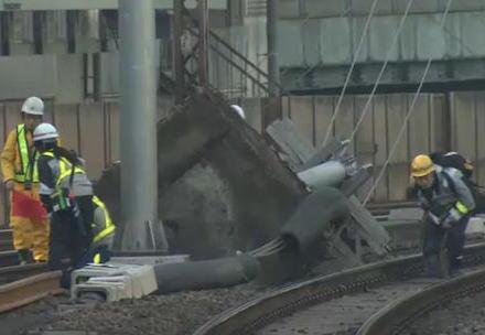 JR山手線で架線の柱が倒壊、山手線の全線と京浜東北線の一部区間が運転を見合わせ→ 田町-東京-池袋間は運転を再開 … 全線運転再開のめどは立たず