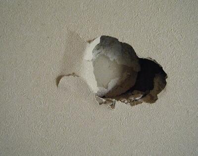 部屋の壁には直径1mほどの穴、「隣人のイビキがうるさくて壁を叩いていたら、気付いて逃げていったのでハンマーで頭をぶん殴った」 沢口洵一容疑者(30)を逮捕 - 茅ヶ崎