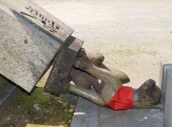 """福岡・天神の警固神社で、何者かにより4体の""""お稲荷さん像""""が破壊される … 栃木の日光東照宮では白い粉がまかれる"""