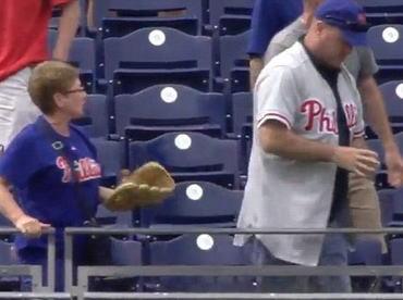 MLBの試合でホームランボールを63歳の女性から奪い取った男、一部始終をテレビカメラで撮影される(動画)→ 自らfacebookにボールゲットとアピールし、名前まで特定される