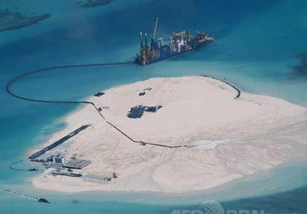 アメリカ「南沙の中国が主張する『領海』とやらの埋め立て人工島に、軍の飛行機とか艦船を侵入させる事にするわ」 中国「・・・げ、言動を慎むよう要求するアル」