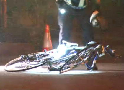ヘルメットを被りロードバイクに乗ったトラック運転手の男性(58)、片側1車線の県道を走行中、後ろからきた車に撥ねられひき逃げされる -  栃木・真岡