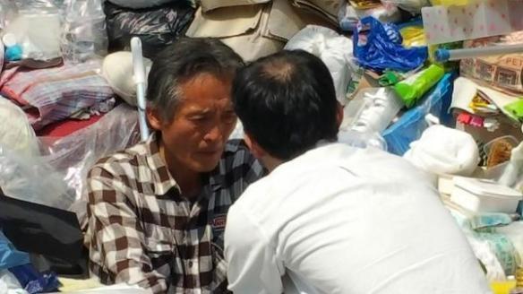 【画像あり】 ゴミ屋敷の主人、フジテレビの取材が約束違反だって怒りまくって、テレビカメラ押収wwwwwwwww
