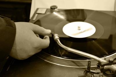 アナログレコードを聴いてみたい!初めてのレコードプレイヤーは何を買えば良い?