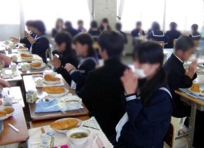 3カ月給食費未納が続く家庭の保護者43人に「未納の生徒には給食停止します。弁当を持たせて下さい」と通知→ 払えるのに払わなかった保護者40人が支払う - 埼玉県北本市立の中学校4校