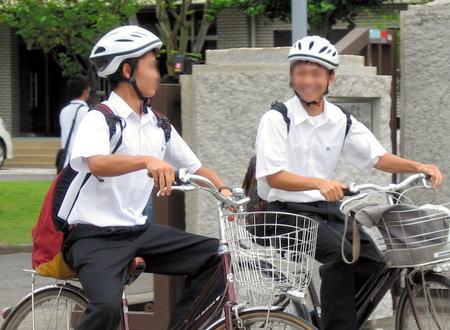 「中学の時のヘルメットより軽くていい感じ」 愛媛の県立高校で自転車通学にヘルメット着用の義務化、全国初 … 通気穴があるタイプのヘルメットを県立高59校の生徒約2万9000人に配布