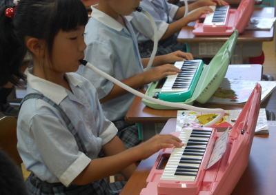 都内の男性「違う階に住む小学生が吹く夏休みの宿題の鍵盤ハーモニカがうるさい」→ 妻「10分ぐらいガマンすればいいのに」→ 男性「楽器禁止なのに自分が悪いのでしょうか?」と自問自答