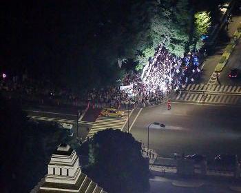 「SEALDSによる国会デモ、7万人集まりました」 … 安全保障関連法案や特定秘密保護法、原発再稼働などに反対する人をかきあつめて1500人(主催者発表)ほど集まった模様