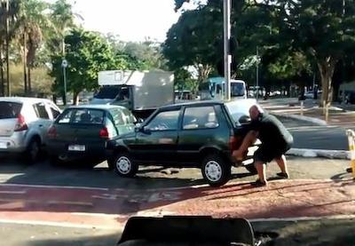 舗道を塞ぐように1台の車が迷惑駐車→ 通りすがりのおっちゃんが人力パワーリフト、持ち上げてどかせる→ 通行人からから大歓声(動画)