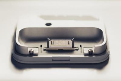 【あるある】カセットテープ挿入口にiPhoneを突っ込んだ若者…「このiPhoneドックは壊れている」苦情を申し立てる