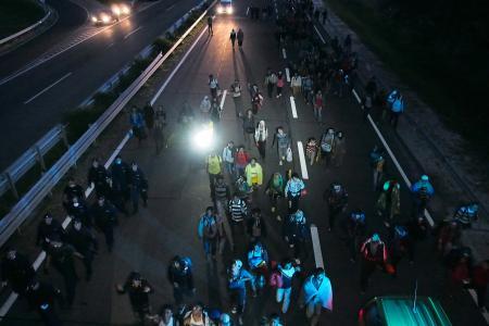 ハンガリー南部の難民受け入れ施設から数百人の難民が脱走 … 催涙スプレーを使って阻止しようとした警官を突破し、「ドイツ!ドイツ!」と叫びながら高速道路上を逆走