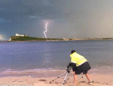 25年間雷を撮り続けている写真家の男性、嵐の中稲妻に打たれて超能力に目覚める