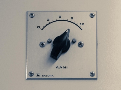 爆音で音楽を聴く VS 極小音量で音楽を聴く イヤホンで聴くべきは…
