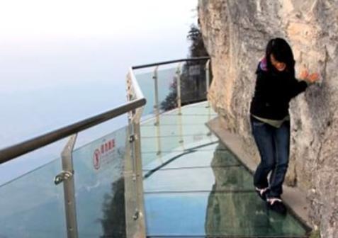 中国の人気スポット、雲台山の地上108mのガラス張りの桟道、オープン2週間目で封鎖され通行止めに … 誰かがマグカップを落としガラスにヒビ