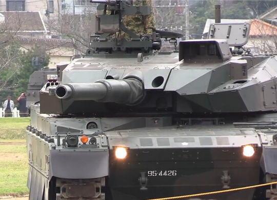 中国メディア「日本の10式戦車の砲塔安定性ヤバイ。ワイングラスを砲身の先に置いて、車体を傾けても転回してもワインがこぼれない」 (動画)