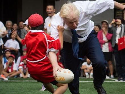熱狂的ラグビーファンのロンドン市長、東京で小学生とのラグビーイベントに参加→ 興奮しすぎて10歳の男の子をタックルで吹っ飛ばしてしまうハプニング(動画)