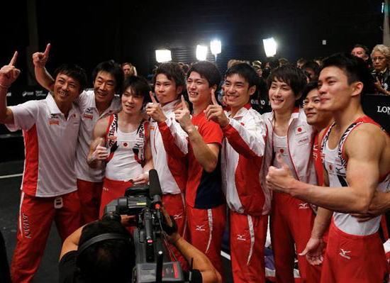 体操世界選手権、男子団体で37年ぶりに金メダル …予選1位で通過した日本、6種目の合計を270.818として2位のイギリスを0.4余り上回り金メダル獲得、3位は中国