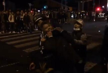 大阪のおまわりさん、集団珍走の取締中にDQNの集団ににボコボコにされる(動画)