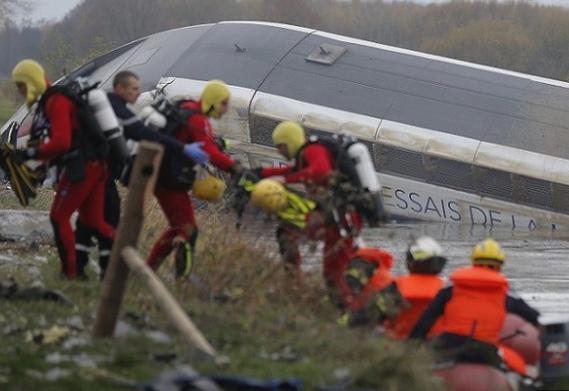 フランスの高速鉄道TGVが脱線し大破、5人が死亡7人がケガ(画像)