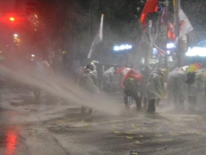 韓国で朴槿恵政権に抗議する大規模なデモ、主催者発表で8万人・警察発表で4万人が集結 … 警察は催涙剤が入った放水車で制止するなど激しい衝突に(画像)