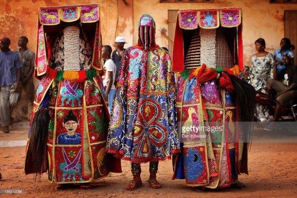 【画像】進化したラブライバーの装束と『ブードゥー教の儀式の衣装』があまりにそっくりで驚きの声