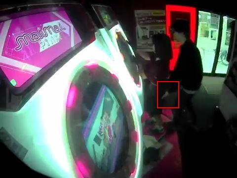 【動画】ゲーセンで『maimai』を遊んでる女の子が背後から男に触られる事案発生!