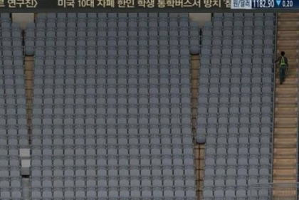 """韓国の""""史上最悪のドーム球場""""「高尺スカイドーム」、31列の座席が隙間無く並んでトイレに行けない「おむつ座席」や小さすぎて双眼鏡を使わなければ見えない電光掲示板など大幅改修へ"""