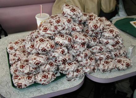 梅沢富美男(65)ファストフード店で「ハンバーガーとコーラ40、チキンバスケット4つ」→ 店員「店内でお召し上がりですか?お持ち帰りですか?」→ 梅沢「状況判断できないのか!」