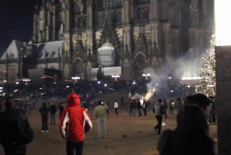 ドイツ西部ケルンの中央駅前で、酒に酔った中東や北アフリカの出身とみられる男ら約千人が通行人の女性を取り囲み集団暴行 … 女性の被害届は約60件、警察はさらに増えるとの見通し
