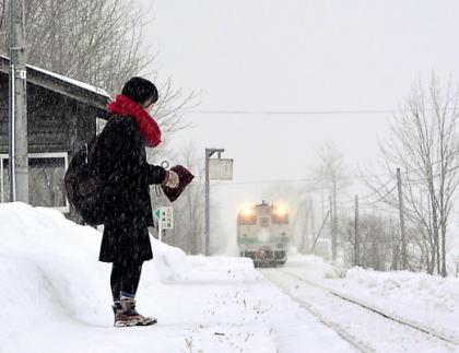 北海道にある小さな駅「旧白滝駅」、今から3年前に廃駅が決定→ 毎日利用している女子高生が1人居ることがわかり、今年3月の卒業まで廃止が延期→ 海外ニュースになり称賛の声が続出