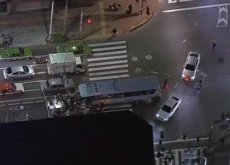 大田区蒲田の環状8号線で、観光バスが中央分離帯に突っ込み22人がケガ … 東京から山梨県への日帰りツアーの帰りでJR蒲田駅に向かう