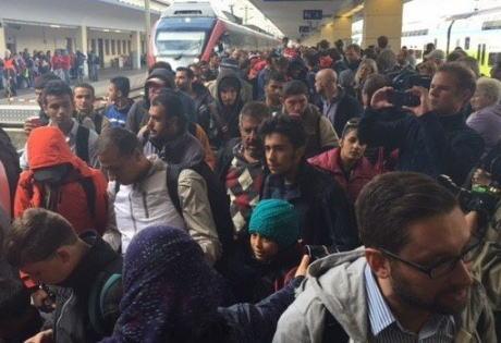 朝日新聞「日本で昨年、難民申請した外国人は7586人で難民認定された人は27人。欧州の状況を踏まえると日本はきわめて低い水準だ」 読売新聞「難民申請、大半が『偽装申請』」