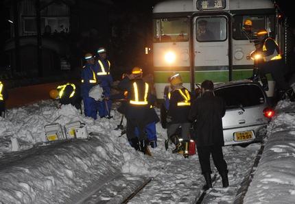 雪が積もった踏切で、乗用車が道路と勘違いし線路内に侵入→ 列車と車が正面衝突し200mほど引き摺られる→ 運転手の女性(49)は鎖骨骨折など重傷、電車の客に怪我は無し - 新潟・三条市