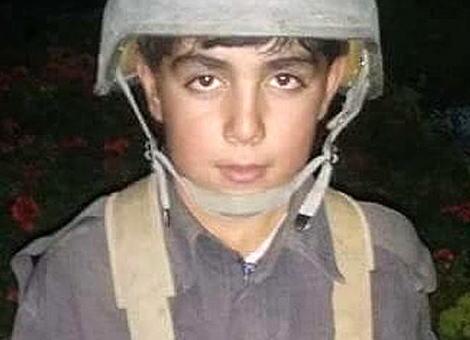 アフガニスタンで11歳の少年指揮官・ワシル・アフマド君、街を包囲したタリバンと43日間に渡って75人を率いて戦い包囲を突破→ 学校へ通い始める→ バイクに乗った集団に銃撃され死亡