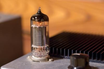 ソニー、お洒落な「グラスサウンドスピーカー」を発売 有機ガラス管の振動で音を360度全ての方向に