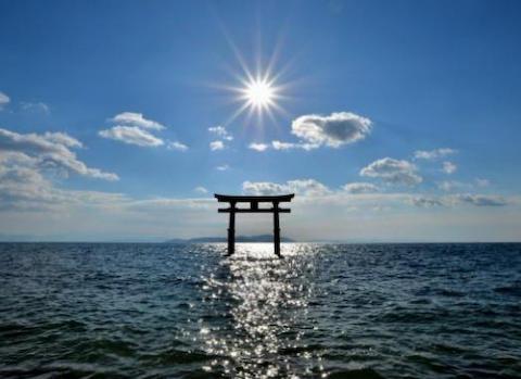 カヌーに乗って琵琶湖の白鬚神社を目指していたおっさん(43)「風で流され、自力で戻れない」と携帯電話で119番→ 午後2時5分頃以降、音信途絶に