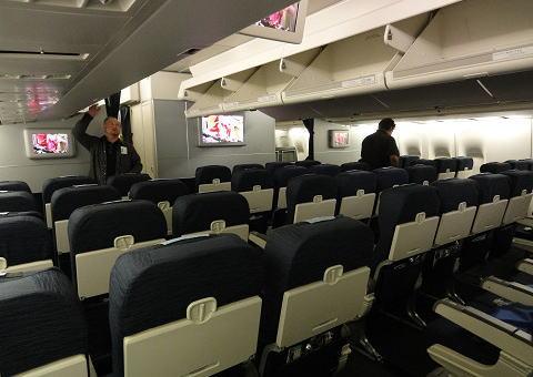 ホノルルから成田へ向かうユナイテッド航空の機内で、韓国人の男(72)「俺は日本人だ!ヨガをさせろ!乗客ぶっころがす!」→ ホノルルに引き返し逮捕