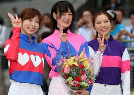 【画像】 左から 木之前葵騎手(23) 藤田菜七子騎手(19) 宮下瞳騎手(39)