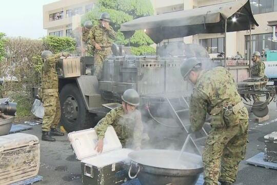 気象庁、今回の地震について「平成28年熊本地震」と発表 … 益城町役場では早朝から自衛隊の隊員らが炊き出しを実施、あたたかい食べ物を避難した人に配布