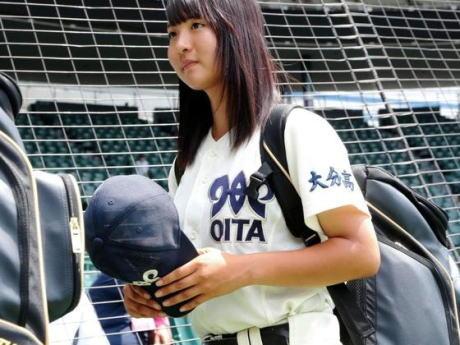 高校野球甲子園練習で、大分の女子マネ・首藤桃奈さん