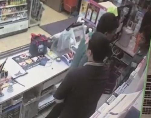 コンビニバイトが仕事中に店長から暴行された映像を内部告発