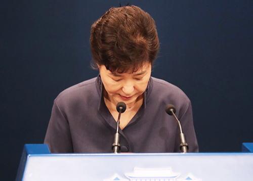 朴槿恵大統領、国家機密文書の民間人流出で国民に謝罪、支持率17.5%...最初の10%台に墜落